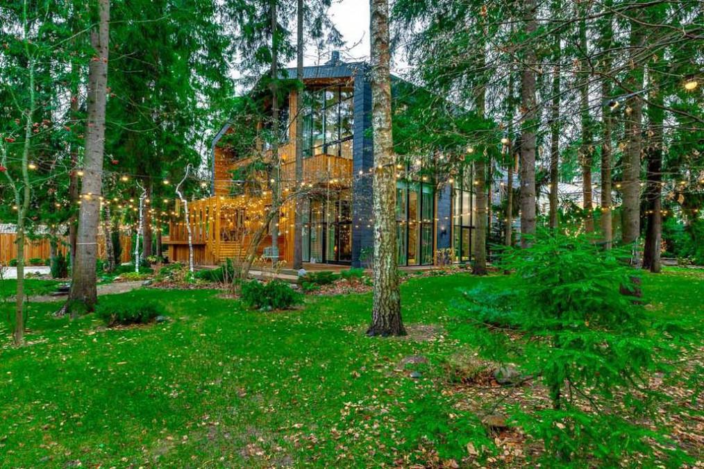 Современный коттедж в эко-стиле на лесном участке